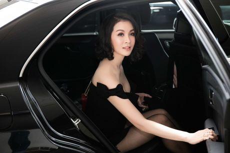Dien do chat lu, MC Thanh Mai tre trung nhu moi doi muoi tai san bay - Anh 1