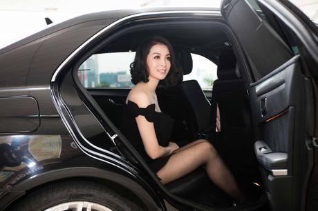 Dien do chat lu, MC Thanh Mai tre trung nhu moi doi muoi tai san bay - Anh 2