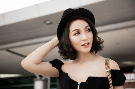 Dien do chat lu, MC Thanh Mai tre trung nhu moi doi muoi tai san bay - Anh 3