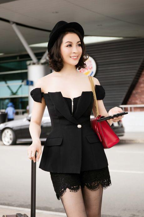 Dien do chat lu, MC Thanh Mai tre trung nhu moi doi muoi tai san bay - Anh 4