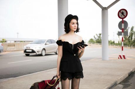 Dien do chat lu, MC Thanh Mai tre trung nhu moi doi muoi tai san bay - Anh 5