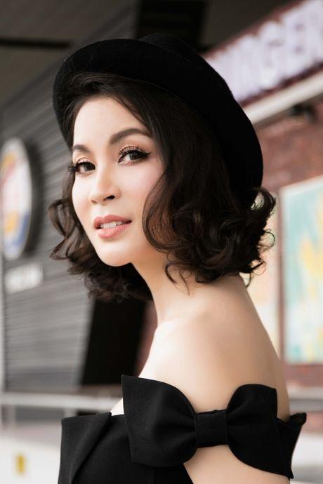 Dien do chat lu, MC Thanh Mai tre trung nhu moi doi muoi tai san bay - Anh 8