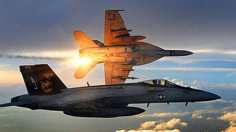 Hai may bay F/A-18 cua My dam nhau, phi cong thoat nan - Anh 1
