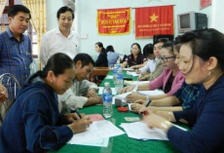 Quang Binh chi tra boi thuong thiet hai do su co moi truong bien cho nguoi dan xa Quang Hai - Anh 1