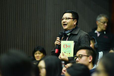 Doc gia Viet tran len san khau nghe nha van Phap noi chuyen - Anh 6