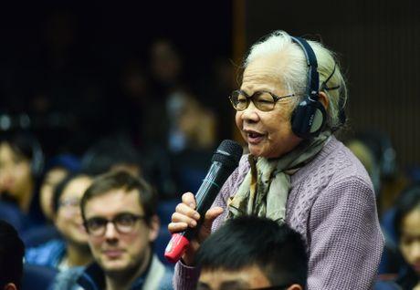 Doc gia Viet tran len san khau nghe nha van Phap noi chuyen - Anh 7