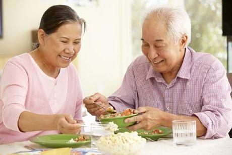 7 van de can luu y khi cham soc dinh duong cho nguoi benh Alzheimer - Anh 1
