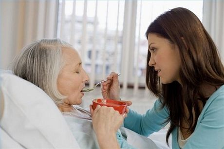 7 van de can luu y khi cham soc dinh duong cho nguoi benh Alzheimer - Anh 2