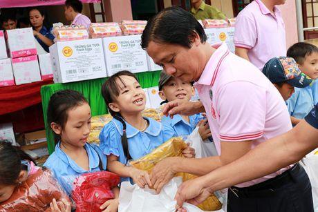 C.P Viet Nam tang 1.500 phan qua cho hoc sinh bi anh huong lu Mien Trung - Anh 1