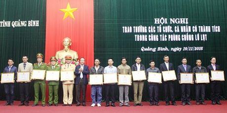 Quang Binh: Tuyen duong cac ca nhan dung cam trong mua lu - Anh 1