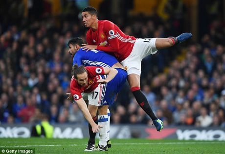 Jose Mourinho phai an han khi chi trich Chris Smalling - Anh 2