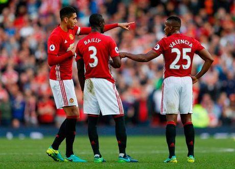 Jose Mourinho phai an han khi chi trich Chris Smalling - Anh 3