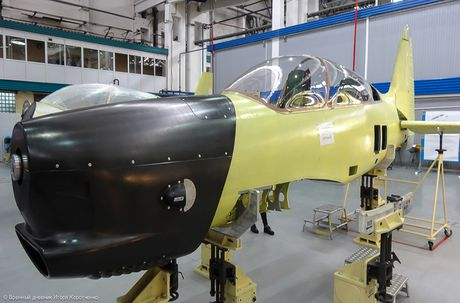 Bat ngo day chuyen san xuat may bay Yak-152 cua Nga - Anh 12