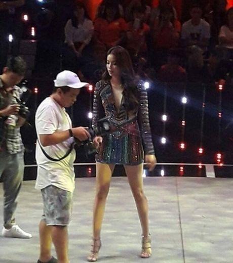 Soi nhan sac that cua Pham Huong khi bi fan chup len - Anh 3