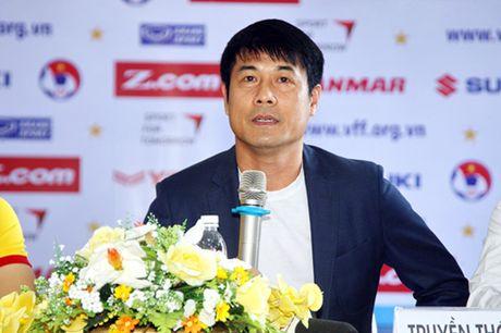 HLV Nguyen Huu Thang mong khong co chan thuong trong tran dau voi Avispa Fukuoka - Anh 1