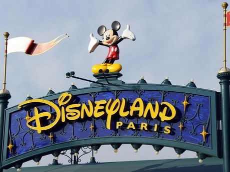 Disneyland Paris thua lo ki luc sau vu tan cong khung bo - Anh 1