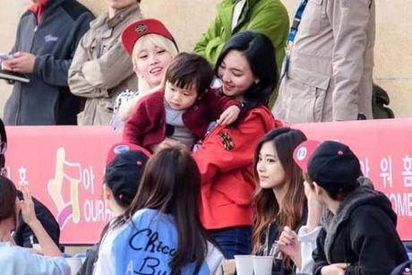 Giua bao scandal, Na Yeon TWICE duoc fan khen la 'nguoi ban trong mo' - Anh 6