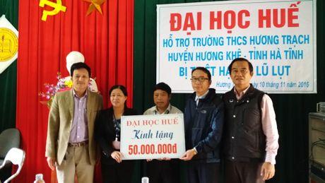 Dai hoc Hue den voi vung lu: Am tinh mien Trung - Anh 1