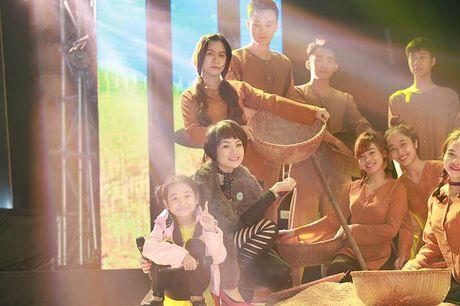 Ngoc Khue mang xe tho rom va re thoc len san khau - Anh 6