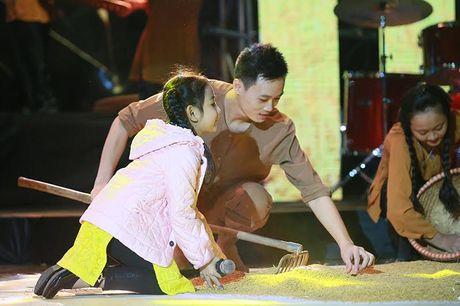 Ngoc Khue mang xe tho rom va re thoc len san khau - Anh 7