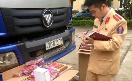 CSGT phat hien gan 1 .000 qua phao tren xe tai cho tu Ha Noi vao Dak Lak - Anh 1