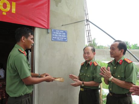 Ban giao 2 can nha tinh nghia cho can bo Cong an kho khan tai Tien Giang - Anh 3