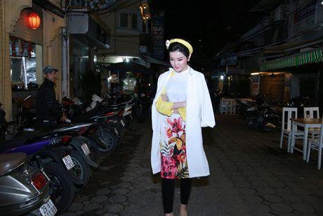Bi viem hong, Huyen My van mac ao dai mong manh di lam giam khao - Anh 2