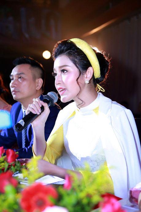 Bi viem hong, Huyen My van mac ao dai mong manh di lam giam khao - Anh 4