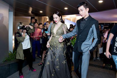 Angela Phuong Trinh dien vay xe tao bao trong buoi ra mat phim moi - Anh 3