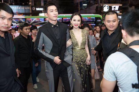 Angela Phuong Trinh dien vay xe tao bao trong buoi ra mat phim moi - Anh 4