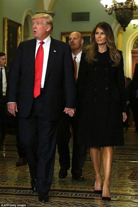 Phu nhan Trump tinh tu nam tay chong trong toa nha Quoc hoi - Anh 3