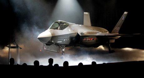 Phi cong My thao lap may bay F-35B ngay tren bien - Anh 2