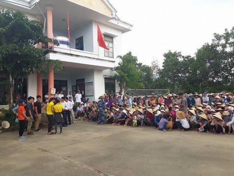 Can bo, nhan vien, CNLD KCN Quang Minh huong ve dong bao mien Trung - Anh 2