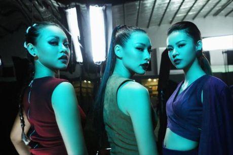 Lilly Nguyen (The Face) om nguc, meu mao so hai khi du minh tren day - Anh 1