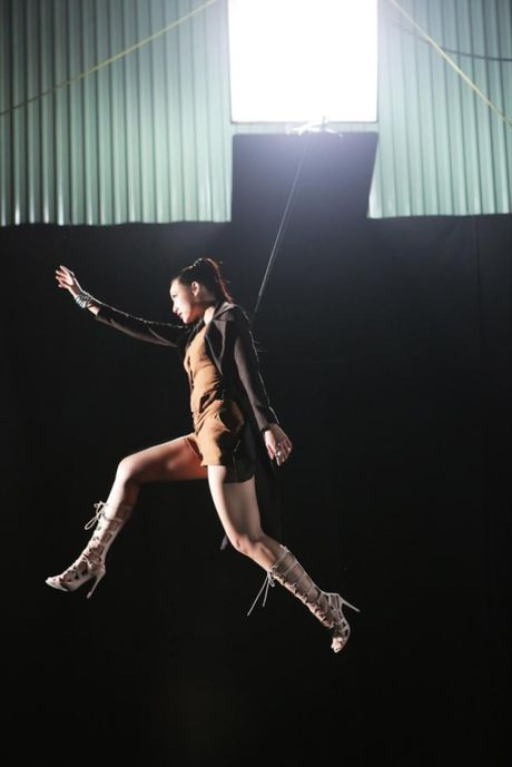 Lilly Nguyen (The Face) om nguc, meu mao so hai khi du minh tren day - Anh 2