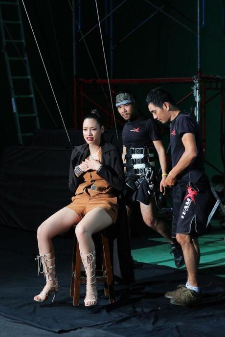 Lilly Nguyen (The Face) om nguc, meu mao so hai khi du minh tren day - Anh 4