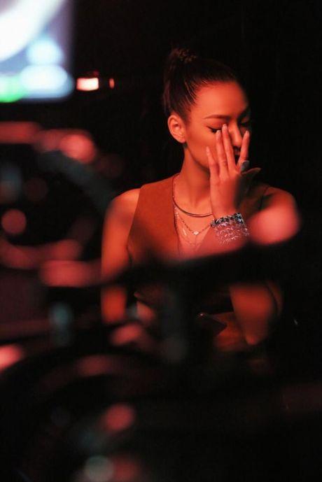 Lilly Nguyen (The Face) om nguc, meu mao so hai khi du minh tren day - Anh 5
