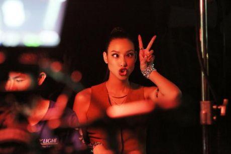 Lilly Nguyen (The Face) om nguc, meu mao so hai khi du minh tren day - Anh 6