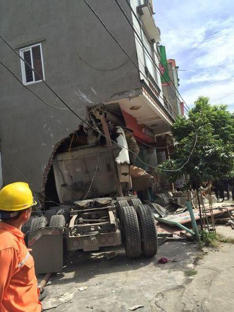 Quang Ninh: 'Hung than' dam thang vao nha dan, ca gia dinh may man thoat chet - Anh 4