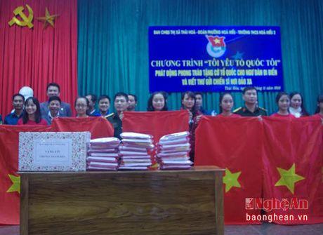 Thi xa Thai Hoa trao 400 la co To quoc cho ngu dan - Anh 1