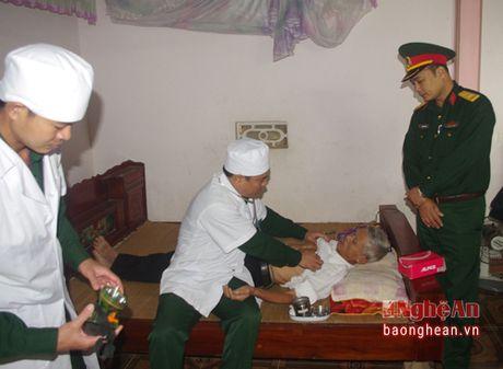 Trung doan 335 tang qua, kham chua benh mien phi cho gia dinh chinh sach - Anh 1