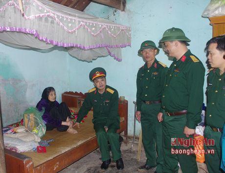 Trung doan 335 tang qua, kham chua benh mien phi cho gia dinh chinh sach - Anh 2