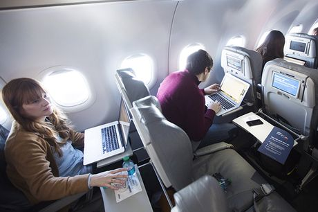 American Airlines nang cap 500 may bay truy cap internet ve tinh - Anh 1