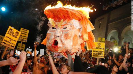 Bieu tinh xuyen dem phan doi Trump tai it nhat 25 thanh pho - Anh 8