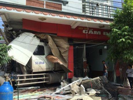 Quang Ninh: Mat lai, xe container dam hong tang 1 nha dan - Anh 1