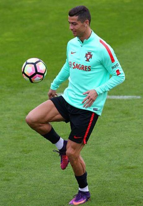 Ronaldo hang say tap luyen quyet tam 'pha luoi' Latvia - Anh 4