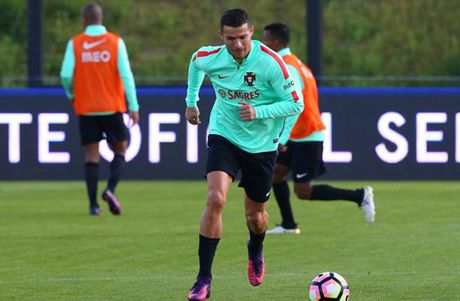 Ronaldo hang say tap luyen quyet tam 'pha luoi' Latvia - Anh 5
