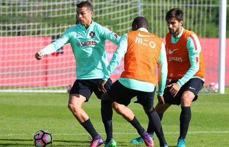 Ronaldo hang say tap luyen quyet tam 'pha luoi' Latvia - Anh 6