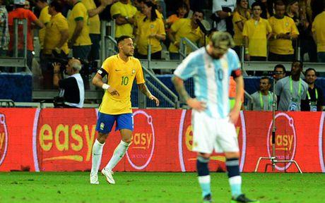 Chum anh: Neymar 'an ui' Messi sau tran Brazil 3-0 Argentina - Anh 5