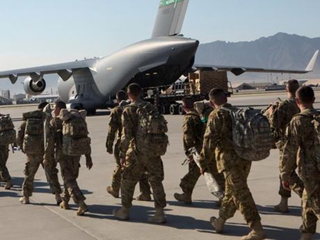 Taliban thua nhan tan cong can cu khong quan NATO o Afghanistan - Anh 1